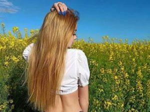 Ich bin ein junges blondes Mädchen der Schönheit. Ich bin ein glückliches, lächelndes, aber selbstbewusstes Mädchen, das weiß, was sie vom Leben will.